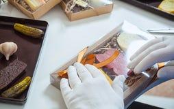 L'imballatore imballa un insieme del cioccolato fotografia stock