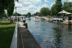 L'imbarcazione da diporto lascia la serratura del canale di Rideau Immagini Stock