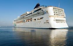 L'imbarcazione gigantesca di crociera lascia il porto marittimo Fotografia Stock
