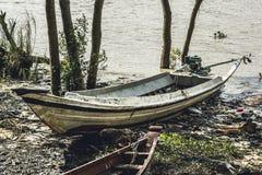 L'imbarcazione a motore casalinga birmana ha andato dalla marea sulla riva 1 fotografie stock libere da diritti
