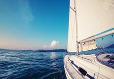 L'imbarcazione a vela si muove in un mare Fotografie Stock
