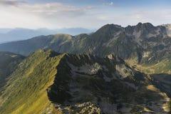 L'immagine aerea al tramonto sopra la montagna stupefacente abbellisce a Parc Fotografia Stock