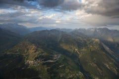 L'immagine aerea al tramonto sopra la montagna stupefacente abbellisce a Parc Fotografie Stock Libere da Diritti