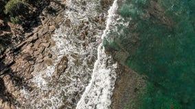L'immagine aerea delle onde di oceano sull're tira, Caloundra video d archivio