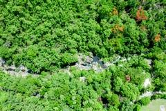 L'immagine aerea di un'immagine dell'angolo alto in un parco nazionale vede gli alberi verdi coperti in tutto l'area nel mezzo, d fotografie stock