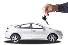 L'immagine alta chiusa del meccanico di automobile della mano che dà l'automobile chiude a chiave al cliente a Fotografia Stock