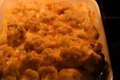 L'immagine alta vicina di fotografia dell'alimento di macro delle verdure cucinate calde del cavolfiore nel colore giallo ed aran Fotografie Stock Libere da Diritti
