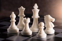 L'immagine astratta dell'insieme di scacchi di Staunton quale re, vescovo, regina, cavaliere, corvo, pegno disposto sulla scacchi fotografia stock libera da diritti