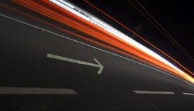 L'immagine astratta, la freccia e l'automobile accende le tracce Fotografie Stock Libere da Diritti
