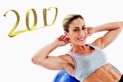 l'immagine composita 3D della donna che di misura fare si siede aumenta sulla palla blu di esercizio che sorride alla macchina fo Fotografie Stock Libere da Diritti