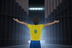 L'immagine composita del giocatore di football americano che incoraggia con le armi ha allungato 3d Immagine Stock Libera da Diritti