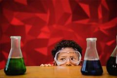 L'immagine composita dell'allievo sveglio si è agghindata come scienziato Fotografia Stock