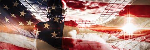 L'immagine composita della condizione del giocatore di football americano con le armi ha attraversato immagine stock