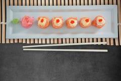 L'immagine composita della fine su di alimento giapponese ha sistemato nella fila sul piatto Fotografia Stock