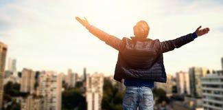 L'immagine composita della retrovisione di un uomo che alza il suo arma su Immagine Stock Libera da Diritti