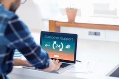 L'immagine composita delle icone con i simboli della freccia ed il servizio clienti mandano un sms a Immagini Stock