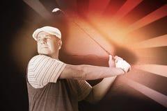 L'immagine composita dello sportivo sta giocando il golf immagine stock