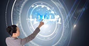L'immagine composita di Digital delle interfacce futuristiche commoventi dello schermo della donna di affari _touchscreen i model Fotografie Stock