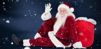 L'immagine composita di Santa si siede si è appoggiata la sue borsa ed onde Fotografia Stock Libera da Diritti