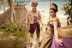 L'immagine d'annata delle coppie mature si è vestita in costume di balinese Immagini Stock Libere da Diritti