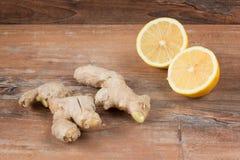 L'immagine del primo piano degli ingredienti per il rimedio naturale di influenza o del freddo include lo zenzero ed il limone su fotografia stock