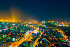 L'immagine della città di notte dall'altezza di un volo del ` s dell'uccello Fotografia Stock