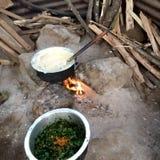 L'immagine della cucina locale, cucinare ugal e di verdure, immagine stock libera da diritti