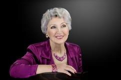 L'immagine della donna che indossa il bastone madreperlaceo magenta delle coperture borda Immagini Stock Libere da Diritti