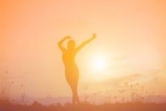 L'immagine della siluetta di una donna gioca l'yoga Fotografia Stock