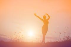 L'immagine della siluetta di una donna gioca l'yoga Fotografia Stock Libera da Diritti