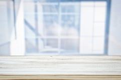 l'immagine della tavola di legno davanti all'estratto ha offuscato il fondo leggero della finestra fotografia stock