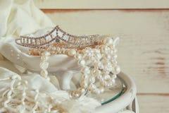 L'immagine di bianco imperla il diadema del diamante e della collana sulla tavola d'annata Annata filtrata Fuoco selettivo Immagini Stock