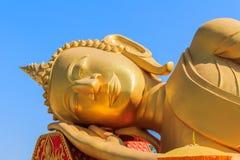 L'immagine di Buddha dorato adagiantesi affronta Immagini Stock Libere da Diritti
