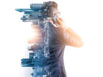 L'immagine di doppia esposizione dell'uomo d'affari facendo uso di uno smartphone durante la sovrapposizione di alba con l'immagi immagini stock libere da diritti