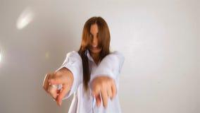 L'immagine di mattina del dancing sexy della donna sulla sua camera da letto alla breve camicia dell'uomo, ascolta musica, ragazz archivi video