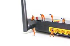 l'immagine di mini figura router di wifi di Internet della correzione dell'ingegnere delle bambole è Immagini Stock