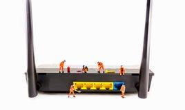 l'immagine di mini figura router di wifi di Internet della correzione dell'ingegnere delle bambole è Fotografia Stock Libera da Diritti