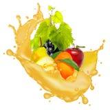 l'immagine di molti frutti e spruzza del primo piano del succo immagine stock libera da diritti