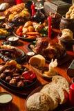 L'immagine di re medival presenta in pieno di alimento Immagine Stock