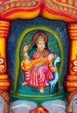 L'immagine di Saraswati sull'altare al tempio indù Immagini Stock