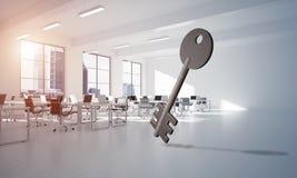 L'immagine di sfondo concettuale di chiave concreto firma dentro l'interno moderno dell'ufficio Fotografie Stock Libere da Diritti