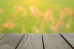 L'immagine di sfuocatura del legno del terrazzo dell'agricoltura ed il bello riso sistemano il prato Immagine Stock
