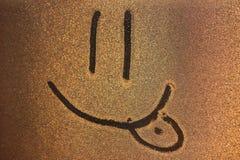 L'immagine di sorriso sul freezen la finestra Immagine sulle gocce di acqua ghiacciate Pittura di inverno fotografia stock