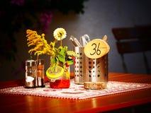 L'immagine di una regolazione della tavola in un tedesco bavarese beergarden immagine stock