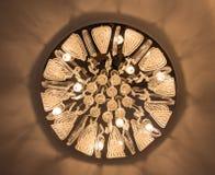 L'immagine di vista dal basso del candeliere nello stile di Art Nouveau Candeliere classico unico dell'impero immagine stock libera da diritti
