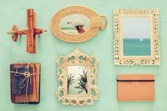 l'immagine di vista superiore dei telai d'annata, i vecchi libri e l'aeroplano giocano Fotografia Stock