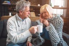 L'immagine dove la donna anziana si è ammalata Inoltre ha un'emicrania H Fotografie Stock Libere da Diritti