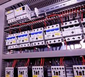 L'immagine mostra gli interruttori ed i contattori elettrici, marca SCHRACK Primo piano Caso moderno di distribuzione Contorl Immagini Stock Libere da Diritti