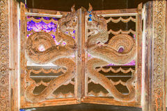 L'immagine negativa del Naga dirige l'arte stile tailandese del metallo su un portone della porta Immagini Stock