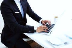 L'immagine potata dell'uomo d'affari passa l'introduzione sul computer portatile Immagini Stock Libere da Diritti
